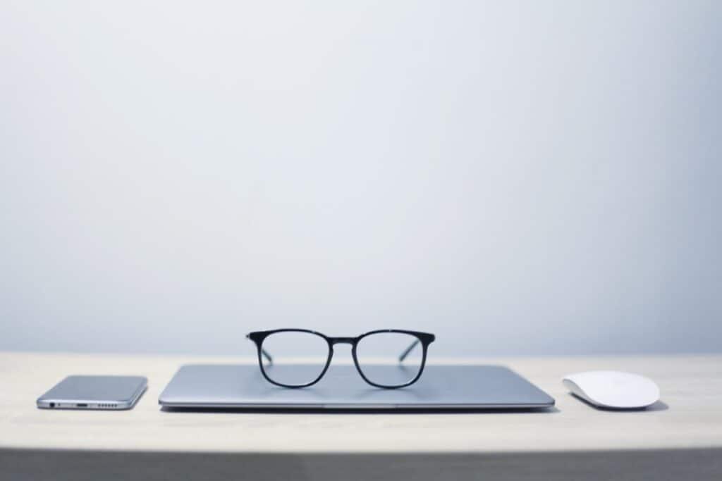 okulary na komputerze